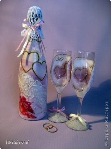 Завтра у подруги дочери свадьба. И мне сделали заказ на свадебную бутылку. Но что такое одна бутылка? В качестве подарка от себя решила декорировать бокалы. Невесте идея понравилась, и я приступила к работе. фото 16