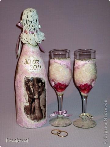 Завтра у подруги дочери свадьба. И мне сделали заказ на свадебную бутылку. Но что такое одна бутылка? В качестве подарка от себя решила декорировать бокалы. Невесте идея понравилась, и я приступила к работе. фото 2