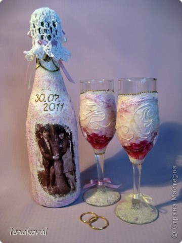 Завтра у подруги дочери свадьба. И мне сделали заказ на свадебную бутылку. Но что такое одна бутылка? В качестве подарка от себя решила декорировать бокалы. Невесте идея понравилась, и я приступила к работе. фото 3
