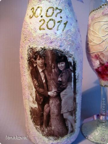 Завтра у подруги дочери свадьба. И мне сделали заказ на свадебную бутылку. Но что такое одна бутылка? В качестве подарка от себя решила декорировать бокалы. Невесте идея понравилась, и я приступила к работе. фото 6