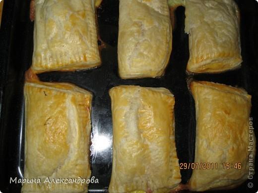 Рецепт приерно выходит 10 пирожков: 200гр- твердого сыра, 200гр -ветчины, яйцо, готовое слоеное тесто-500гр., большой пучек зеленого лука. Ветчину режу полосками, сыр тру на крупной терке, лук измельчить и все смешиваем в глубокой чашке, выливаем яйцо сырое, перемешать, начинка готова! фото 1