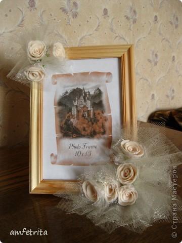 Простая деревянная рамочка превращается в замечательный подарок благодаря фатину и цветам! фото 1