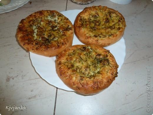 Пирожковое тесто, сыр на терке, укроп, майонез. и в духовку на 15-20 минут при 200 градусах фото 1