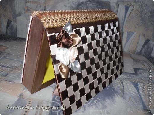 Шкатулку сделала на день рождения, идеи почерпнула в Стране мастеров и не только. Это ссылки по которым можно изучить процесс изготовления шкатулок из книги: http://stranamasterov.ru/node/132924, http://oceanidei.blogspot.com/2011/06/blog-post_29.html. Идея плетения лентами шахматкой взята из МК Наты Лапушки: http://stranamasterov.ru/node/173147. Всем огромное спасибо!  фото 3