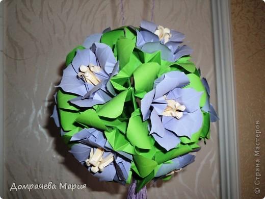 """Делала эту кусю на день рождения свекрови, хотела порадовать ее чем-то рукотворным (до этого самого дня она не подозревала, что я умею делать такие штучки). Произвести эффект удалось... теперь шарик весит на кухне - главной комнате в доме.     Собирала цветочки на основу - кусудаму """" Электра"""", сами цветы - маки от Стеллы Филатовой (еще раз вырыжаю ей свою благодарность). фото 2"""
