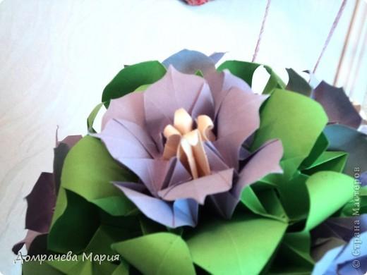 """Делала эту кусю на день рождения свекрови, хотела порадовать ее чем-то рукотворным (до этого самого дня она не подозревала, что я умею делать такие штучки). Произвести эффект удалось... теперь шарик весит на кухне - главной комнате в доме.     Собирала цветочки на основу - кусудаму """" Электра"""", сами цветы - маки от Стеллы Филатовой (еще раз вырыжаю ей свою благодарность). фото 3"""