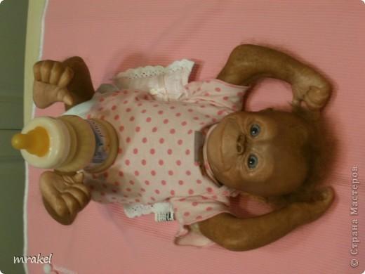 Орангутан Бинди родилась только вчера, и уже  позирует перед объективом. Расписана запекаемыми красками генезис. Глазки вставлены акриловые, когда придёт посылка с материалом, то  поменяем на стекло.  Фоточек пока мало, позже выставлю ещё. фото 3