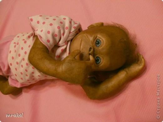 Орангутан Бинди родилась только вчера, и уже  позирует перед объективом. Расписана запекаемыми красками генезис. Глазки вставлены акриловые, когда придёт посылка с материалом, то  поменяем на стекло.  Фоточек пока мало, позже выставлю ещё. фото 8