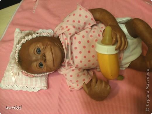 Орангутан Бинди родилась только вчера, и уже  позирует перед объективом. Расписана запекаемыми красками генезис. Глазки вставлены акриловые, когда придёт посылка с материалом, то  поменяем на стекло.  Фоточек пока мало, позже выставлю ещё. фото 11
