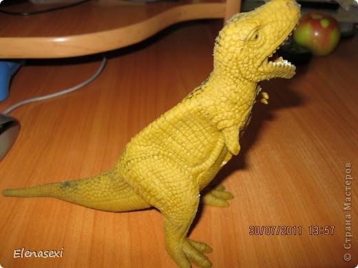 Здравствуйте, мастерицы!!!!  Мой сынишка очень любит динозавриков, их у него видимо - невидимо! Это только часть...... У сынули был динозаврик из мягкой резины, а внутри он был наполнен мелкими шариками. Вот и порвался его любимый динозаврик, а из дырочки стали высыпаться эти шарики. фото 3