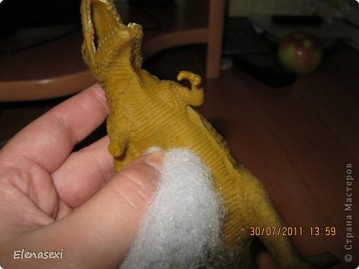 Здравствуйте, мастерицы!!!!  Мой сынишка очень любит динозавриков, их у него видимо - невидимо! Это только часть...... У сынули был динозаврик из мягкой резины, а внутри он был наполнен мелкими шариками. Вот и порвался его любимый динозаврик, а из дырочки стали высыпаться эти шарики. фото 7