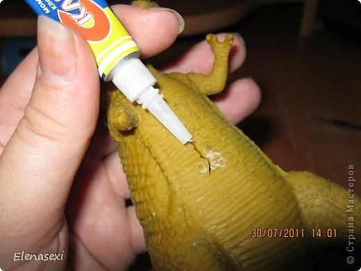 Здравствуйте, мастерицы!!!!  Мой сынишка очень любит динозавриков, их у него видимо - невидимо! Это только часть...... У сынули был динозаврик из мягкой резины, а внутри он был наполнен мелкими шариками. Вот и порвался его любимый динозаврик, а из дырочки стали высыпаться эти шарики. фото 8