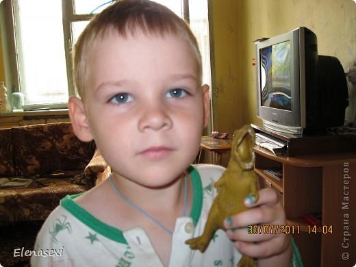 Здравствуйте, мастерицы!!!!  Мой сынишка очень любит динозавриков, их у него видимо - невидимо! Это только часть...... У сынули был динозаврик из мягкой резины, а внутри он был наполнен мелкими шариками. Вот и порвался его любимый динозаврик, а из дырочки стали высыпаться эти шарики. фото 10