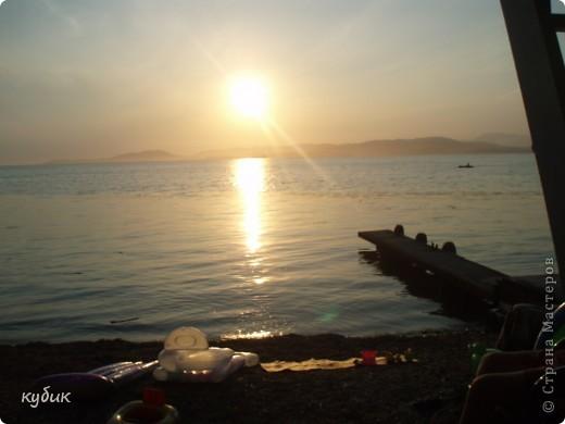 отдыхали у племянницы на даче неделю,у нее море почти на порог подбегает))) вот такой красивый закат на море фото 1