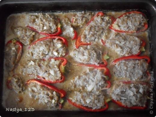 Вам понадобятся: - мясной фарш 100-150 гр - приправы для мяса (у меня Маринад) - соль,  - черный молотый перец - 1 репчатый лук - сладкие перцы - вода - стакан риса, отваренного до полуготовности.  Перец вымыть и разрезать пополам. Вынуть семена. фото 8