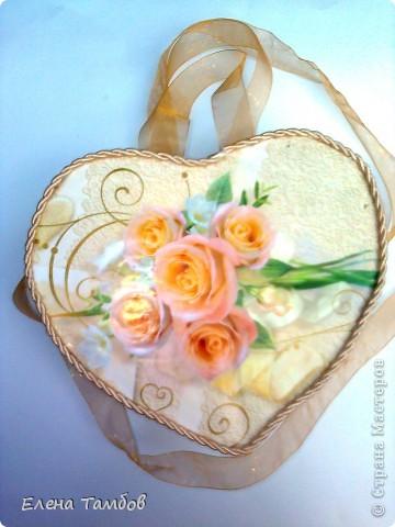 """Вот такое сердечко - шкатулка у меня получилось. Её можно носить как сумочку. Она сделана из  коробки из под подарочной упаковки кофе """"Якобс"""" и ватмана. Обклеена бумагой для упаковки подарков.  фото 2"""