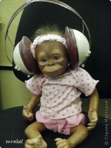 Орангутан Бинди родилась только вчера, и уже  позирует перед объективом. Расписана запекаемыми красками генезис. Глазки вставлены акриловые, когда придёт посылка с материалом, то  поменяем на стекло.  Фоточек пока мало, позже выставлю ещё. фото 13