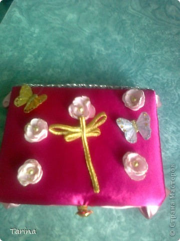 вот такая шкатулка у меня получилась. за основу взяла коробку от масок косметических. обтянула тканью, подложила синтепон тонкий,чтобы была мягкой. бабачек купила в цветочном магазине, стрекозу сделала сама. фото 1