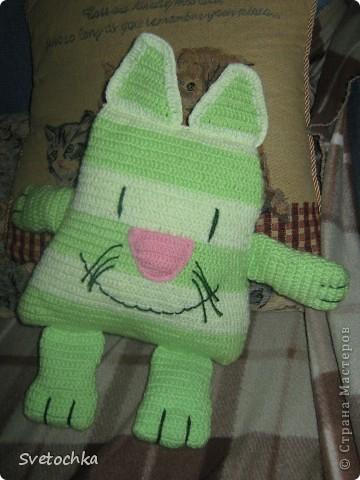 Ну вот и готов мой весенний котик, а почему весенний, потому что зелененький. Это котик- подушка, связала для своей дочки специально из грубой шерсти для развития моторики рук. Но в тоже время он мягкий на нем можно и полежать. фото 3