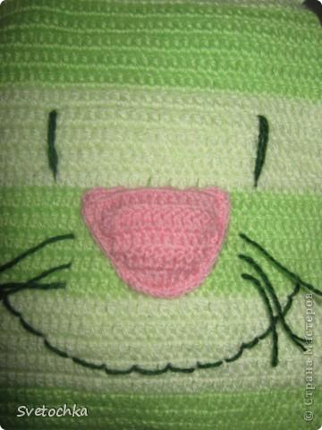 Ну вот и готов мой весенний котик, а почему весенний, потому что зелененький. Это котик- подушка, связала для своей дочки специально из грубой шерсти для развития моторики рук. Но в тоже время он мягкий на нем можно и полежать. фото 2