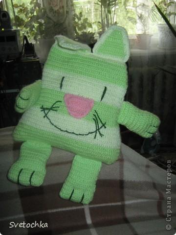 Ну вот и готов мой весенний котик, а почему весенний, потому что зелененький. Это котик- подушка, связала для своей дочки специально из грубой шерсти для развития моторики рук. Но в тоже время он мягкий на нем можно и полежать. фото 5