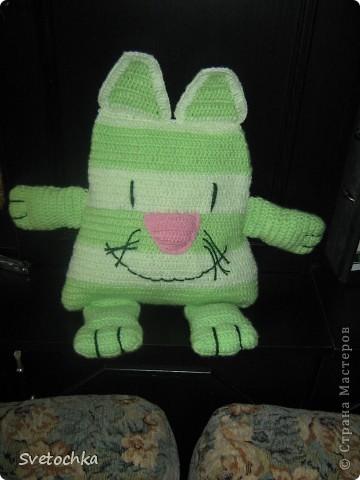 Ну вот и готов мой весенний котик, а почему весенний, потому что зелененький. Это котик- подушка, связала для своей дочки специально из грубой шерсти для развития моторики рук. Но в тоже время он мягкий на нем можно и полежать. фото 4