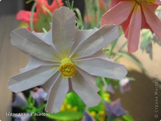 Кусочек лета своими руками.Кустик неувядающих цветов у себя дома. Как давно я мечтала сделать космеи - оригами.Ура они теперь со мной рядом. фото 5
