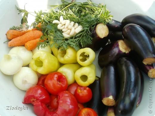 Здравствуйте уважаемые Мастера!Предлагаю Вам рецепты блюд которые любят в нашей семье.Всё делала в один день и по этому всё вместе.Итак,начнём))Вот овощи из которых я буду готовить,всё брала на глаз фото 1