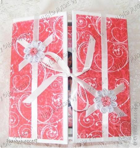 Это коробочка, в которой любимый получил свой подарок :) Украшения - атласные ленты и квиллинговый цветочек. фото 1