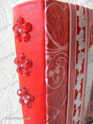 Это коробочка, в которой любимый получил свой подарок :) Украшения - атласные ленты и квиллинговый цветочек. фото 6