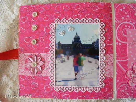 Это коробочка, в которой любимый получил свой подарок :) Украшения - атласные ленты и квиллинговый цветочек. фото 12