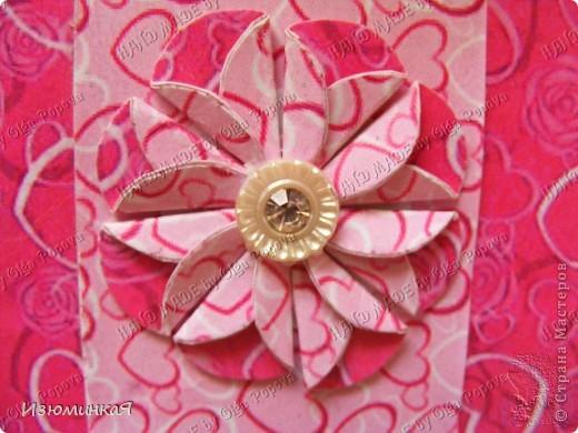 Это коробочка, в которой любимый получил свой подарок :) Украшения - атласные ленты и квиллинговый цветочек. фото 13