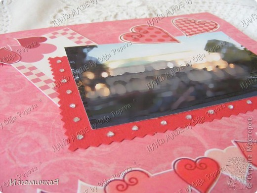Это коробочка, в которой любимый получил свой подарок :) Украшения - атласные ленты и квиллинговый цветочек. фото 23