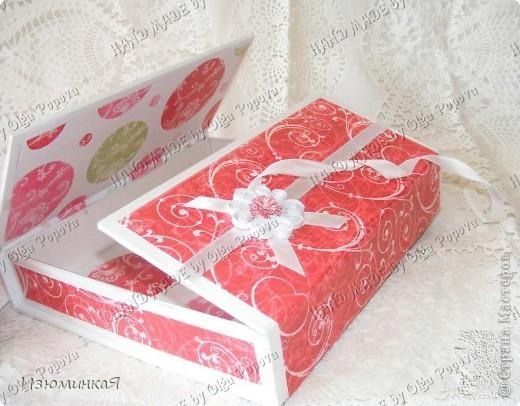 Это коробочка, в которой любимый получил свой подарок :) Украшения - атласные ленты и квиллинговый цветочек. фото 2