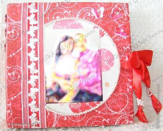 Это коробочка, в которой любимый получил свой подарок :) Украшения - атласные ленты и квиллинговый цветочек. фото 3