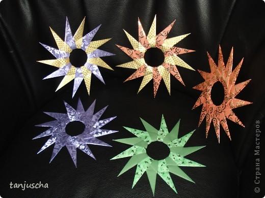На выходных осваивала оригами. Давно поняла что оригами это не моё поэтому для меня эти звёздочки маленькая победа. Так как они делаются очень легко решила сделать МК.Может кому пригодится фото 1