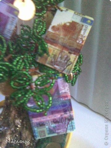 Вот такое денежное дерево сделала для нашей семьи. намучилась с дырочками в монетках, наш казахстанский тенге ни одно сверло не берет, пришлось по-старинке - дюбель и молоток :)))) использовать. фото 7