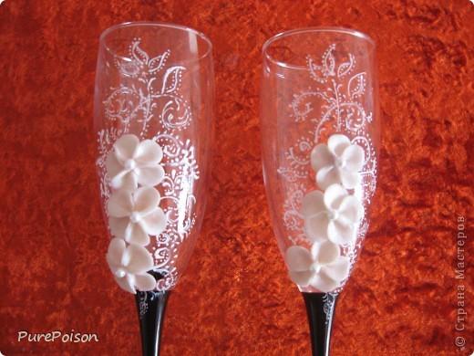 Эти бокалы появились благодаря Диане Кулаковой. Не могла я спокойно смотреть на ее расписные бокальчики. Правда пока получается не так красиво и аккуратно, но я буду стараться и продолжать дальше. фото 2