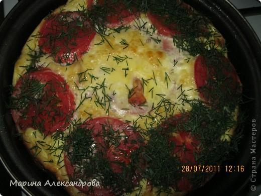 Пицца из слоеного теста, на большой противень, теста 0,5кг...раскатать, уложить на смазанный противень, наколоть тесто вилкой почаще...уложить начинку, вариаций множество, у меня: помидорки, перчик сладкий, ветчина, залила майонезом+ яйцо взбитые! Натерла сыр... фото 3