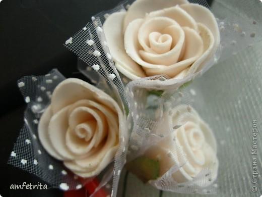 Простая деревянная рамочка превращается в замечательный подарок благодаря фатину и цветам! фото 3