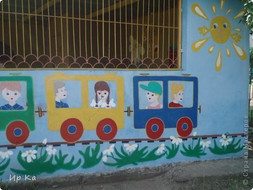 Летом остро встает вопрос оформления территории детского сада. Мне, наверное, повезло: я только обновляла, освежала уже нарисованное. Сквозь решетку на веранде виден воробей и гриб. фото 2