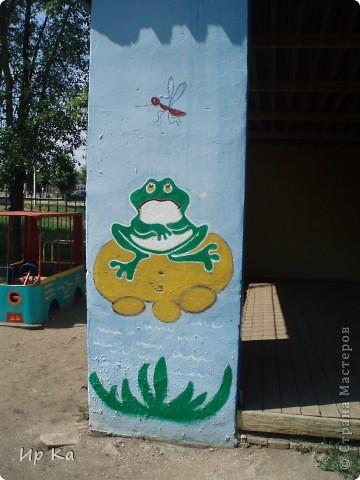 Летом остро встает вопрос оформления территории детского сада. Мне, наверное, повезло: я только обновляла, освежала уже нарисованное. Сквозь решетку на веранде виден воробей и гриб. фото 3