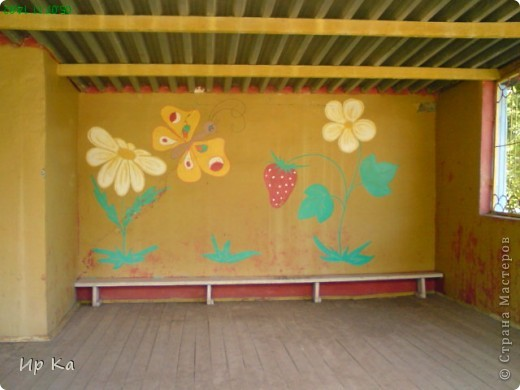 Летом остро встает вопрос оформления территории детского сада. Мне, наверное, повезло: я только обновляла, освежала уже нарисованное. Сквозь решетку на веранде виден воробей и гриб. фото 7