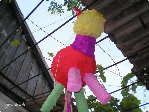 Эту игрушку я делала сыну на день рождения из обычных воздушных шариков, оклеенных бумагой. Внутри туловища и головы - конфеты. Игрушку подвесили, детям (5 лет и 3 года) вручили палку, которой они били лошадь (да-да, это Лошадь :)), для пущего веселья гость, залезший на лестницу, дергал пиньяту так, чтоб детям было сложнее в нее попасть. По идее, из пробитой дырки должны были высыпаться конфеты и обрезки цветной бумаги, но наша веревка не выдержала  неожиданно сильных ударов детей, поэтому добивали коня на полу... фото 3