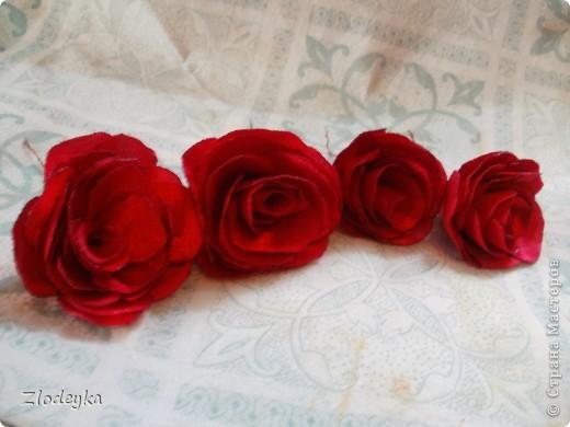 Цветочки из ткани как называется не знаю,но явно толстоватая,пока не решила что ими украсить))) фото 1