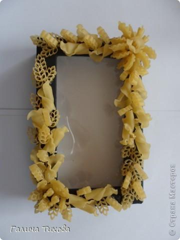 Обычную коробку можно превратить в подарочную, декорировав её фигурными  макаронами. фото 3