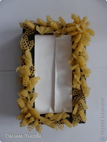 Обычную коробку можно превратить в подарочную, декорировав её фигурными  макаронами. фото 4