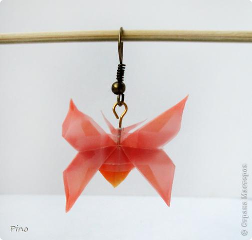 Очень давно хотелось сделать сережки оригами, останавливала их недолговечность (наверное маленькие кусудамки можно покрыть лаком, но я не знаю с какого бока там подступить >_<). Подарили мне давным давно бумагу японскую (долго я к ней присматривалась, благоговейно перебирала и не решалась пустить в дело), казалось бы при чем тут серьги? А среди наборов оказалась такая бумага пластмассовая (это наиболее подходящая характеристика) и я поняла - звезды сошлись удачно!  фото 7