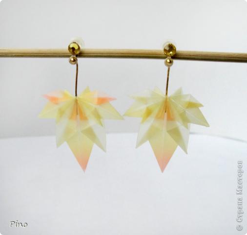 Очень давно хотелось сделать сережки оригами, останавливала их недолговечность (наверное маленькие кусудамки можно покрыть лаком, но я не знаю с какого бока там подступить >_<). Подарили мне давным давно бумагу японскую (долго я к ней присматривалась, благоговейно перебирала и не решалась пустить в дело), казалось бы при чем тут серьги? А среди наборов оказалась такая бумага пластмассовая (это наиболее подходящая характеристика) и я поняла - звезды сошлись удачно!  фото 5