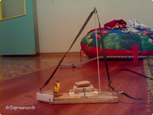 Мой солдат (нам 4 года) построил себе город из конструктора на заднем плане и соорудил себе оружие, которое защищает город от нападения врагов (что-то типо пушки). Пушка сделана из остатков какой-то пластмассовой игрушки и остатков ручки.  фото 3